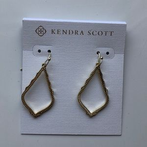NWT Kendra Scott Sophia Drop Earrings in Gold